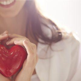 fundo de mulher sorridente segurando um coração