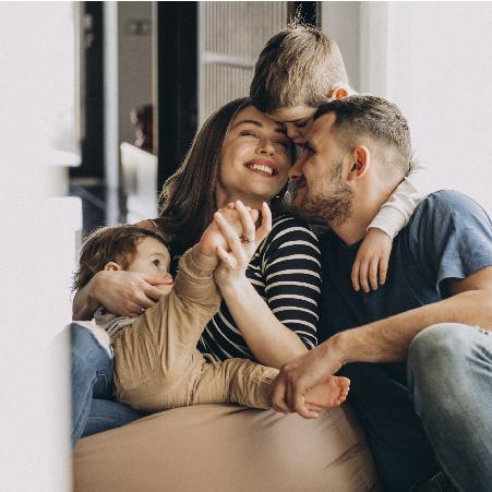 banner do topo da página com familia sorridente sem preocupação